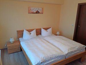Pension-Zimmer-Bett-und-Bad